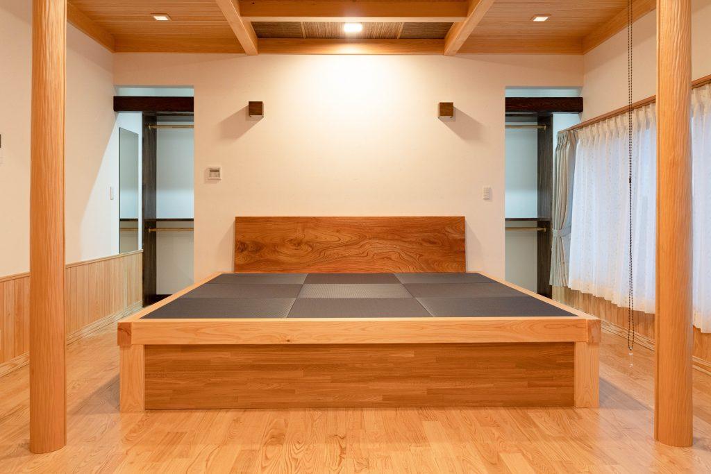 和モダンの家の建築実例(内観)寝室も洗練された落ち着きのある空間に