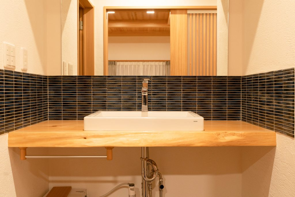 和モダンの平屋の建築実例(内観)水回りもシンプルな和洋テイストで