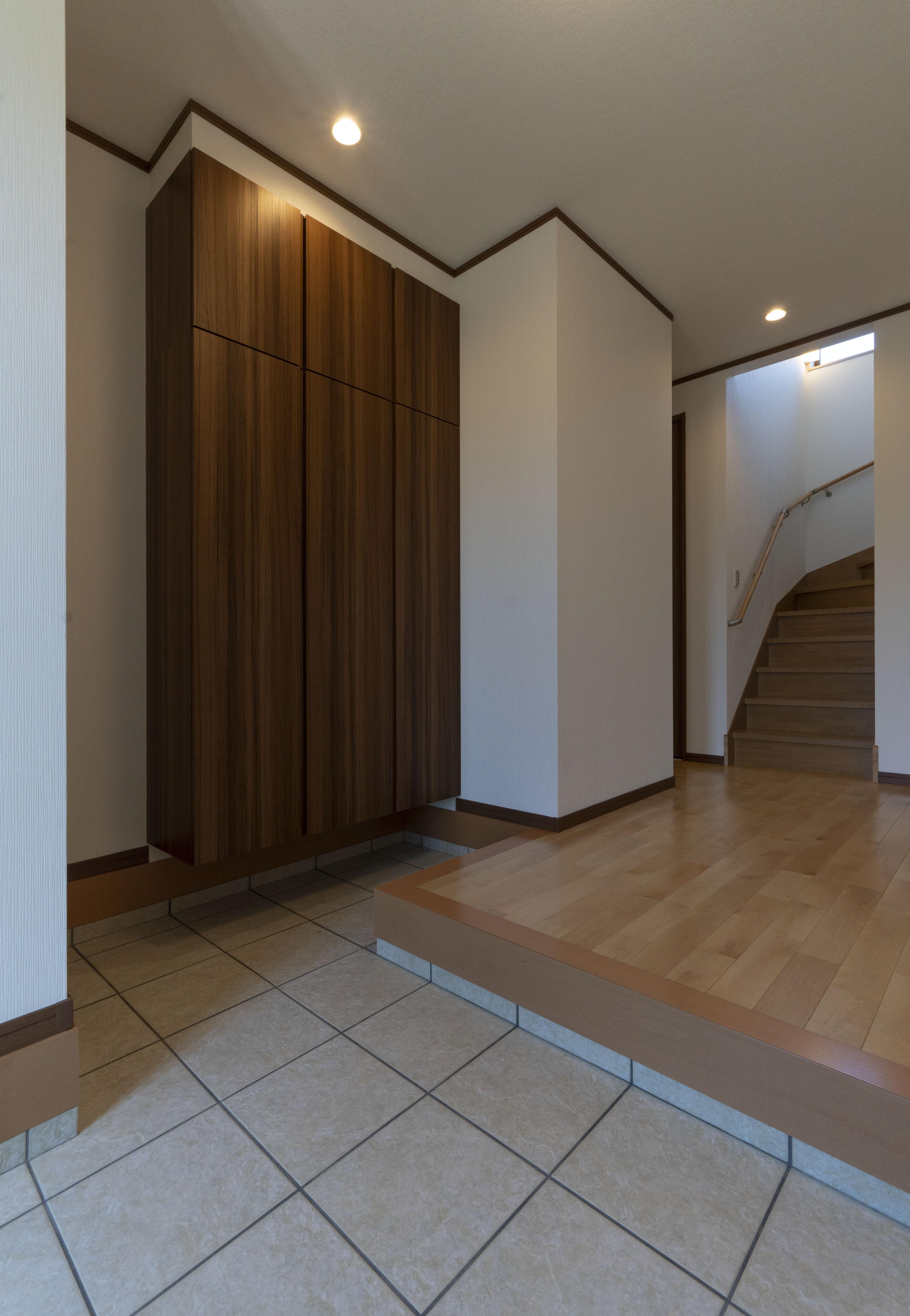 幅広の玄関と大きなシューズボックス