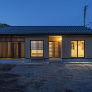 平屋の木の家の外観:夜景にも平屋の佇まいが美しく映えます