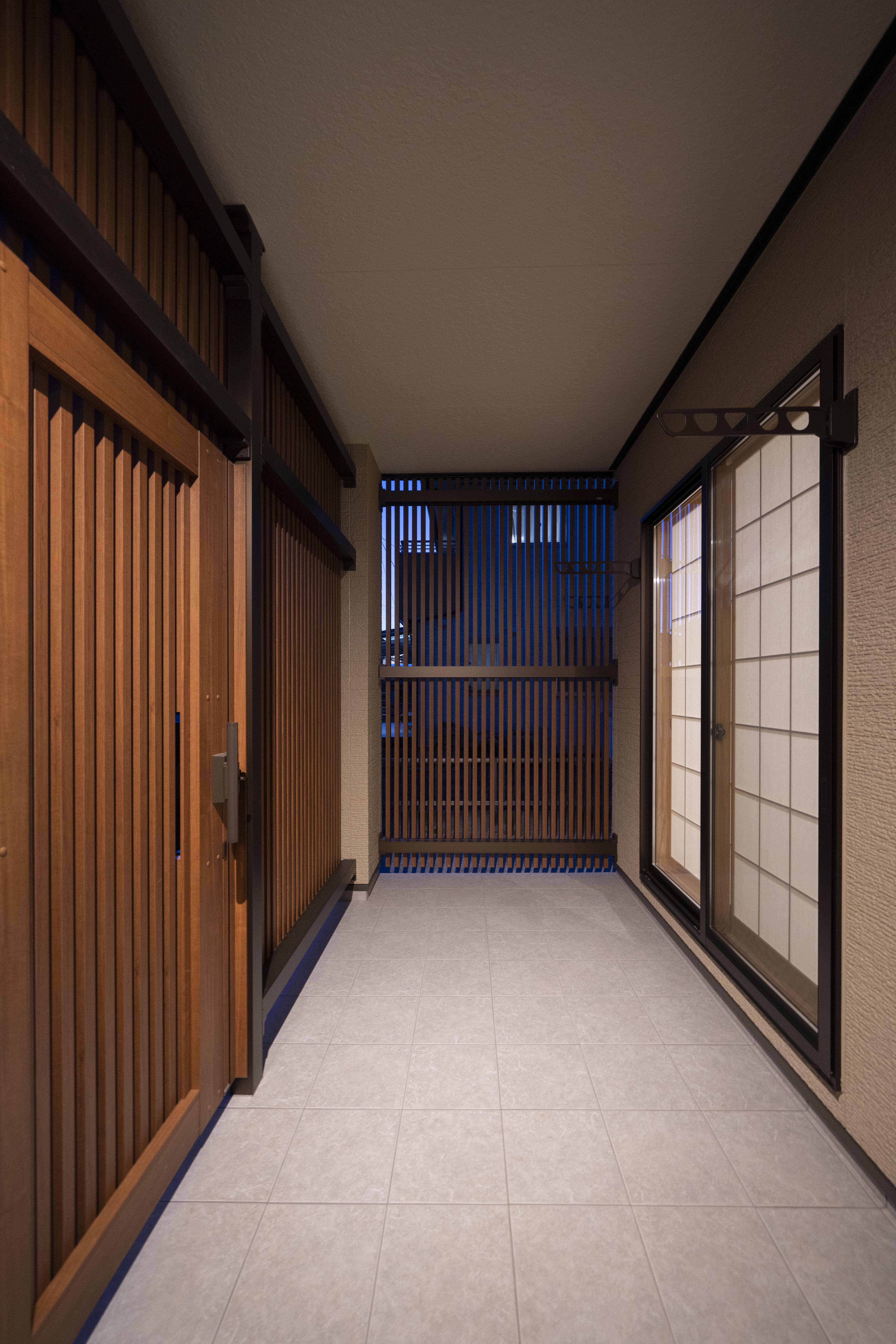 平屋の玄関の事例:上質な無垢材を使いシンプルかつローコストな注文住宅を実現しました