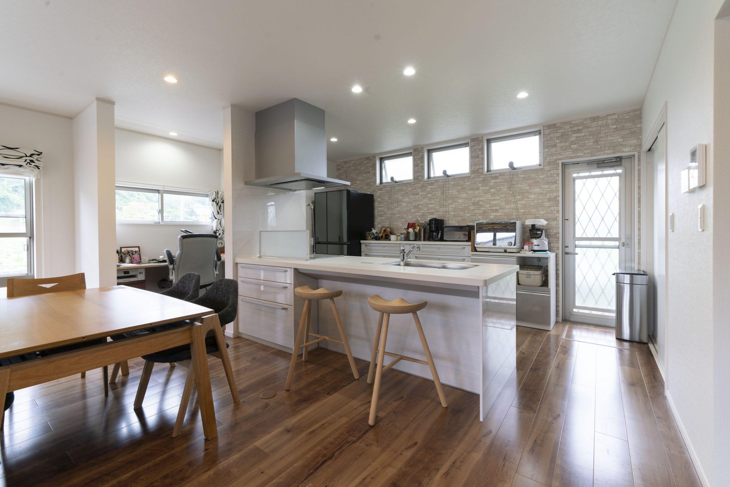 平屋の建築実例:明るいキッチン、ワークスペースも併設した事例