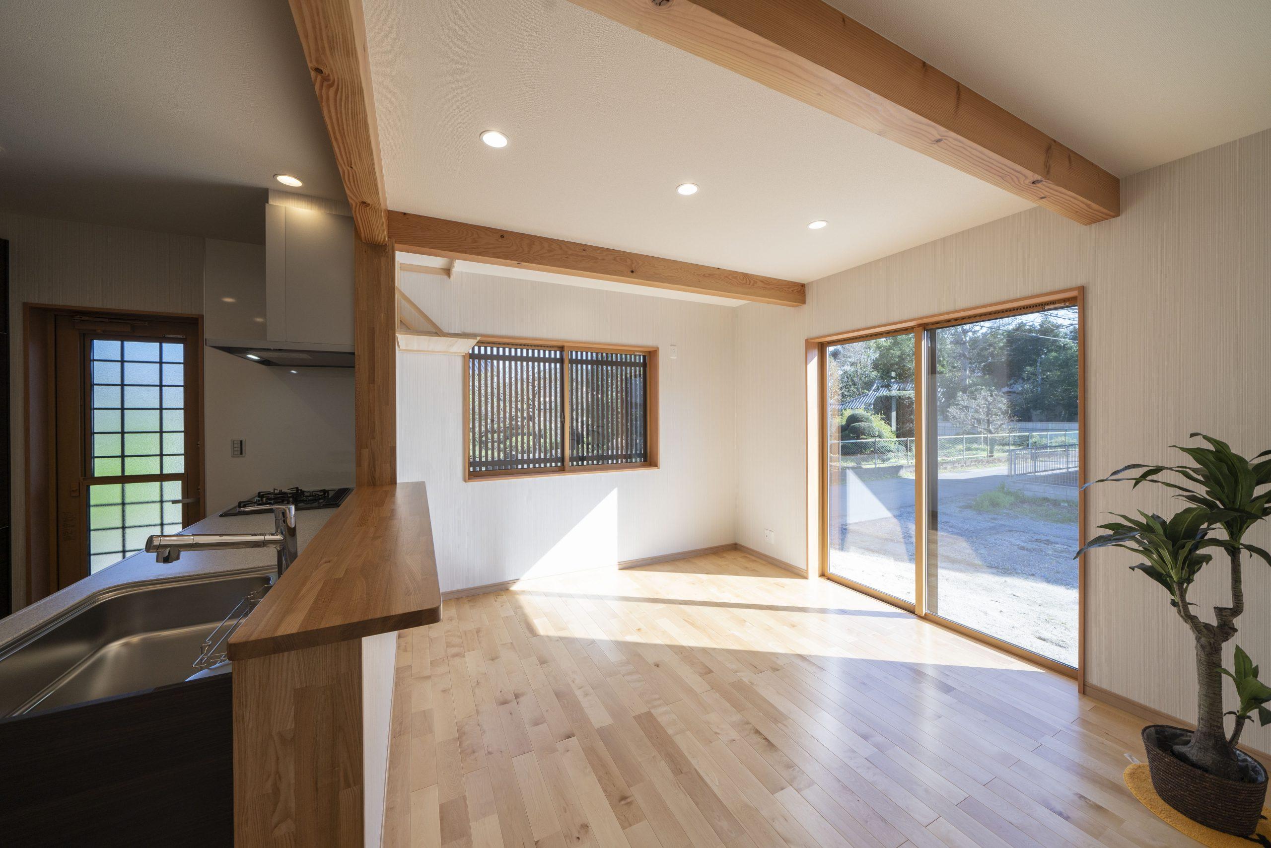 3LDKの平屋の建築実例(内観)明るいLDKな無垢材をふんだんに使い安らぎのある空間に