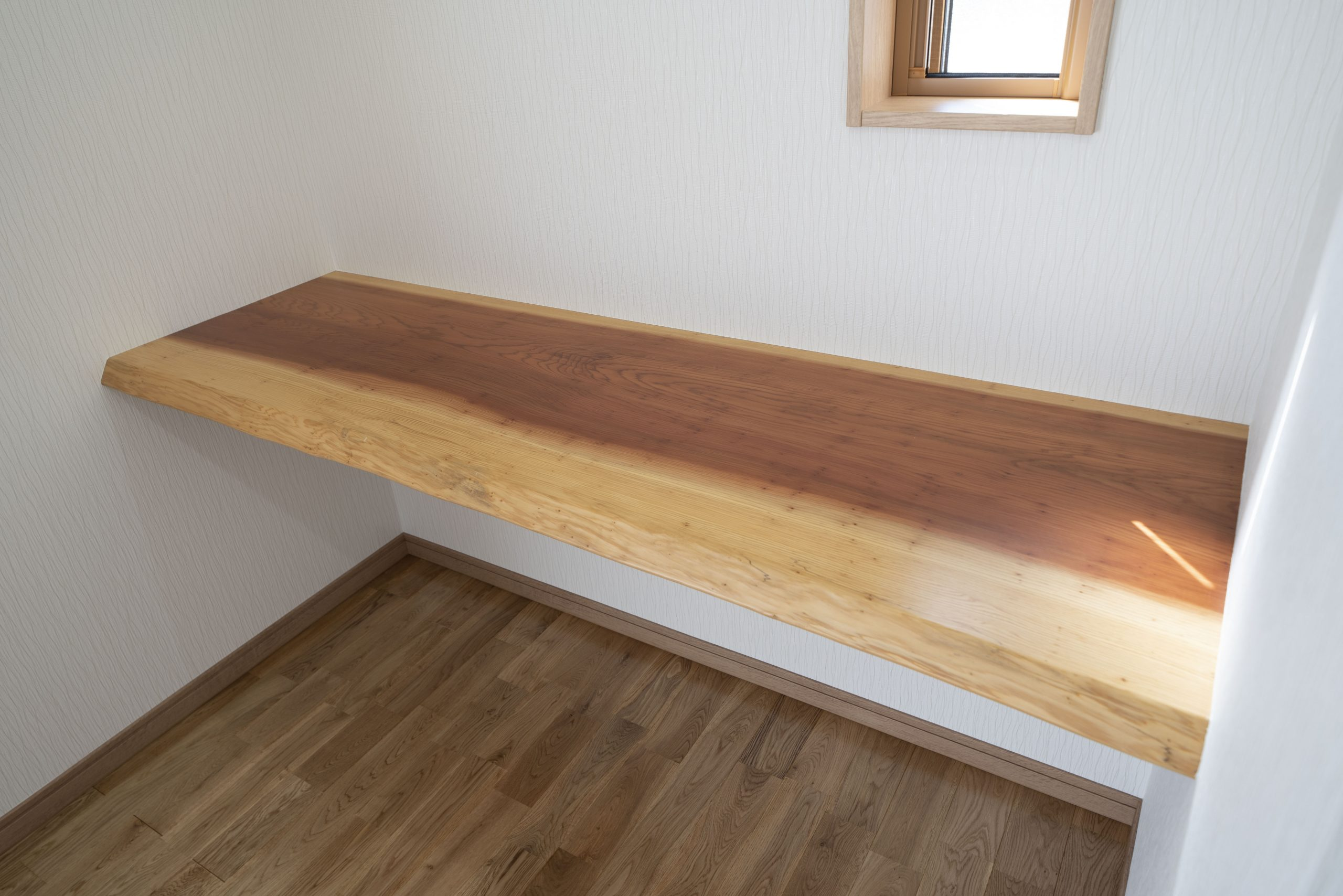茨城の3LDKの平屋の家の内観:無垢材をふんだんに使った造り付け家具