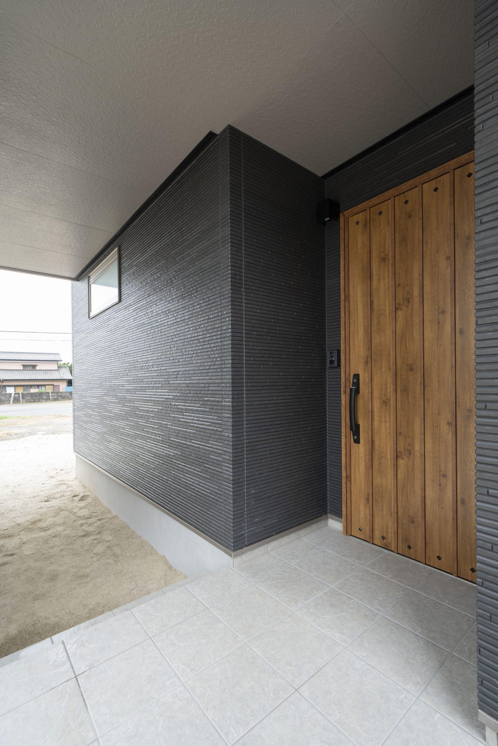 二階建て住宅の玄関