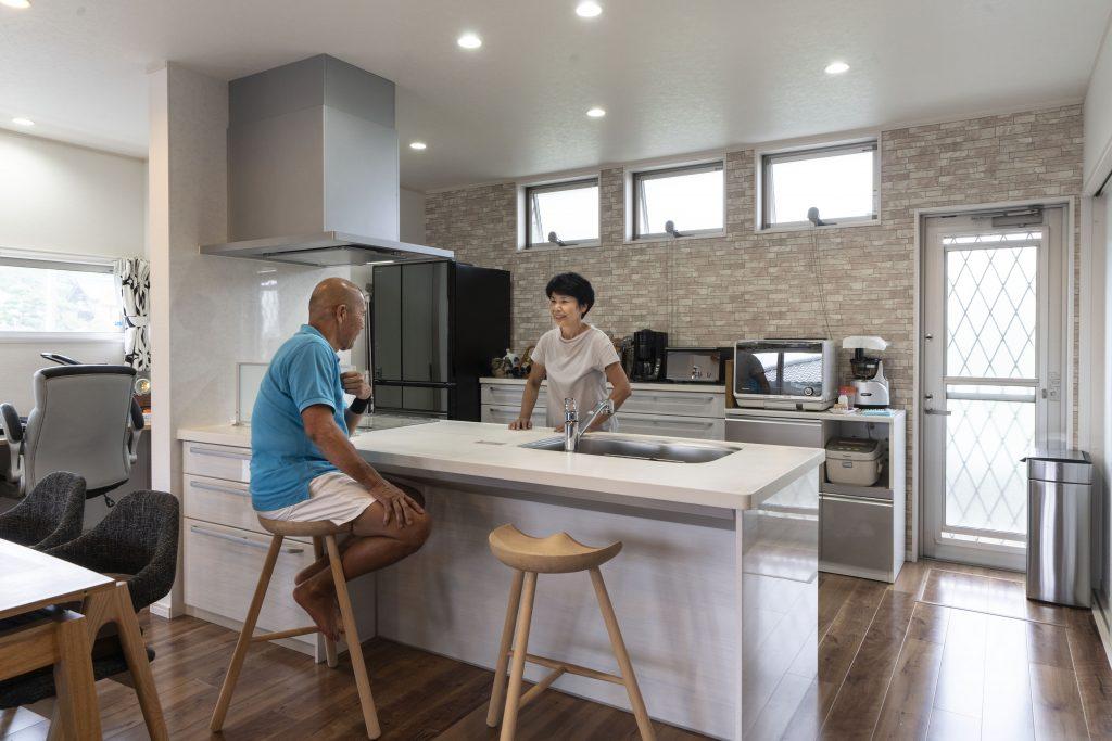 平屋のリビングの建築実例:カウンターキッチンで家族のコミュニケーションもしやすい間取り