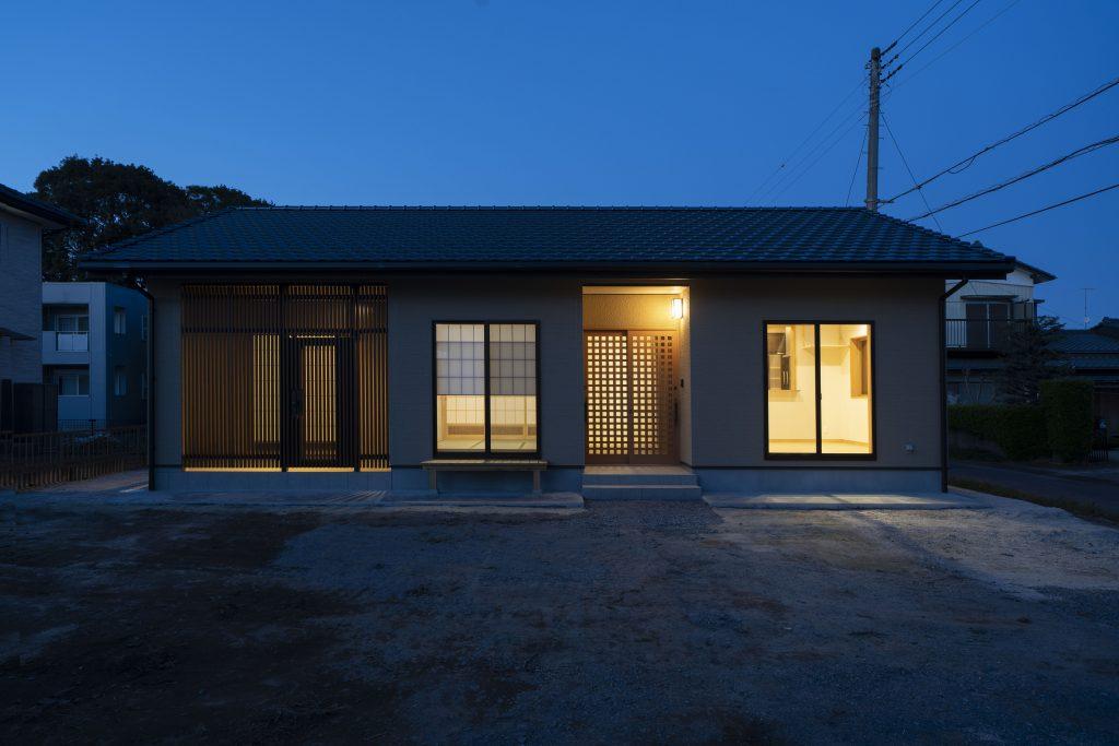 平屋の建築実例(外観)シンプルな平屋のシルエットに無垢材がアクセント