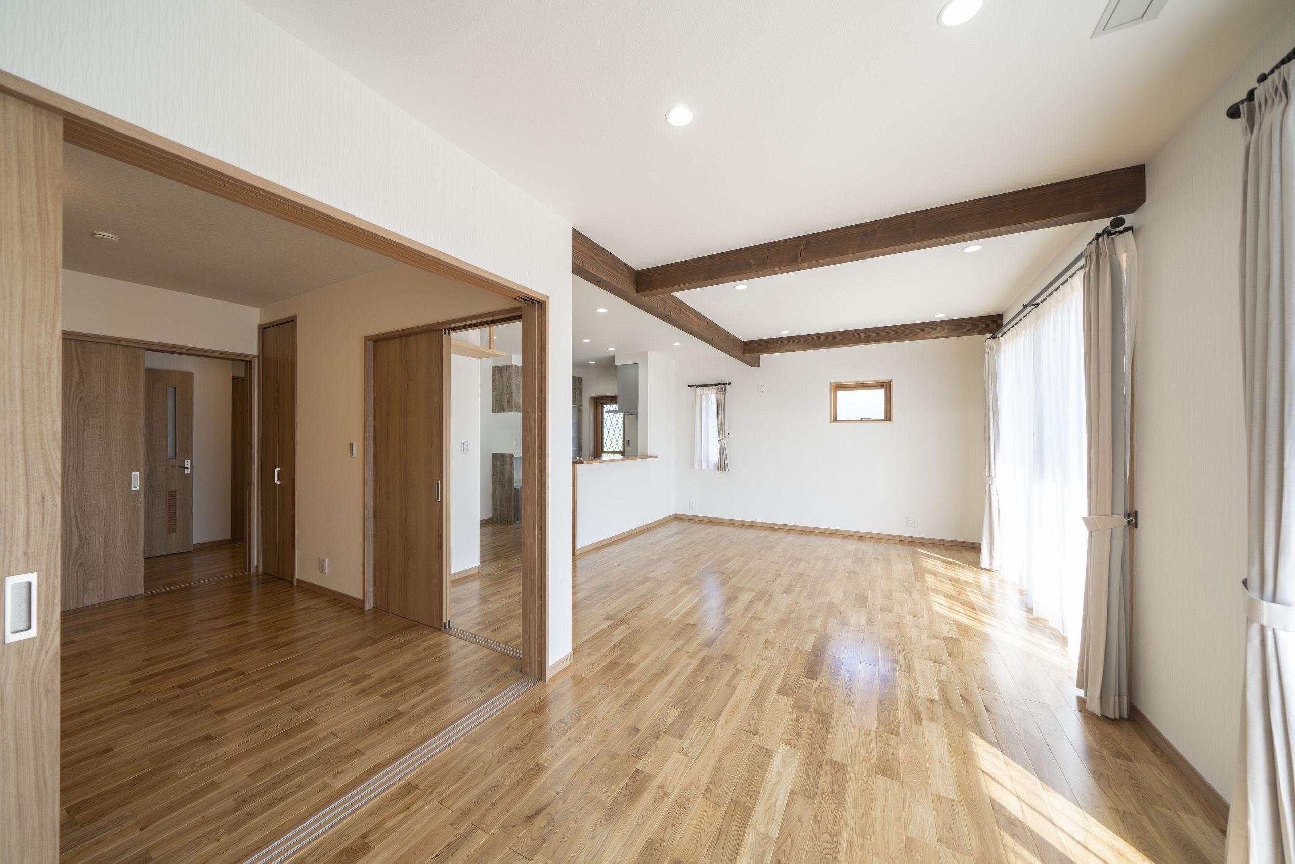 平屋の建築実例:引き戸の間仕切りを開放して大空間に