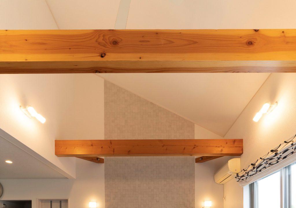 和モダンの平屋の建築実例(内観)リビングに迫力のある梁を現しで