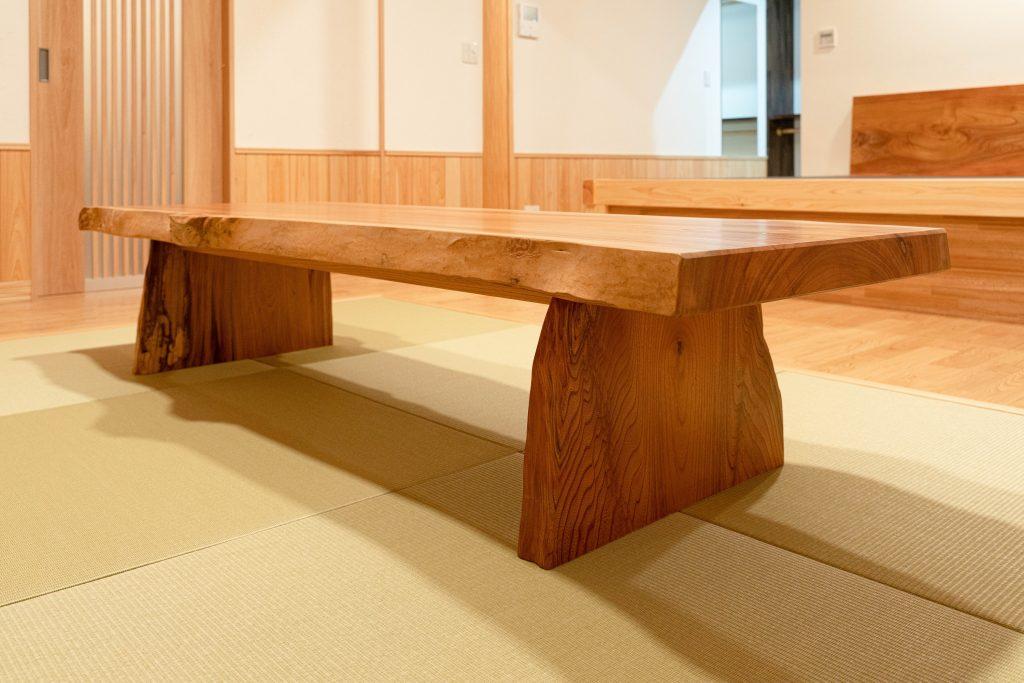 和モダンの家の建築実例(インテリア)無垢材のローテーブル