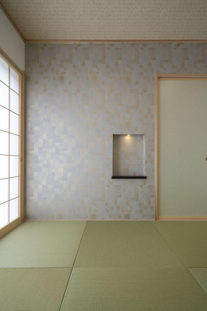 和モダンの家の建築実例(内観)琉球畳と和洋テイストの壁材