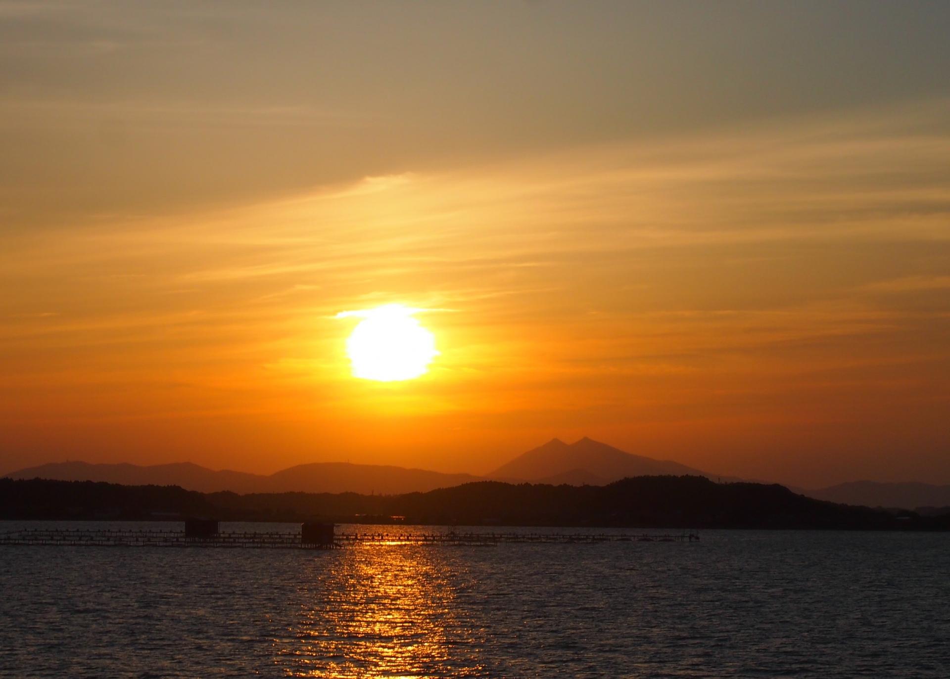 霞ケ浦越しに筑波山を眺める夕日の絶景ポイント
