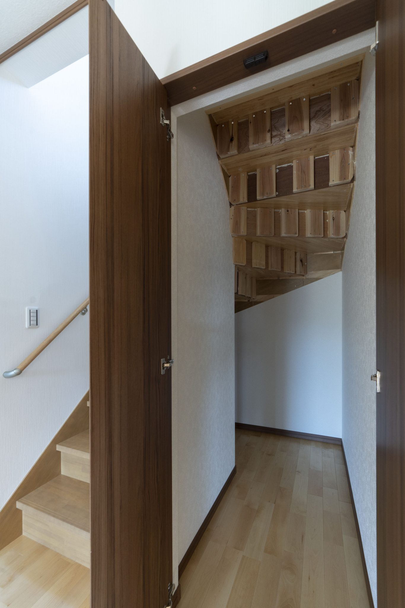 階段下のデッドスペース収納