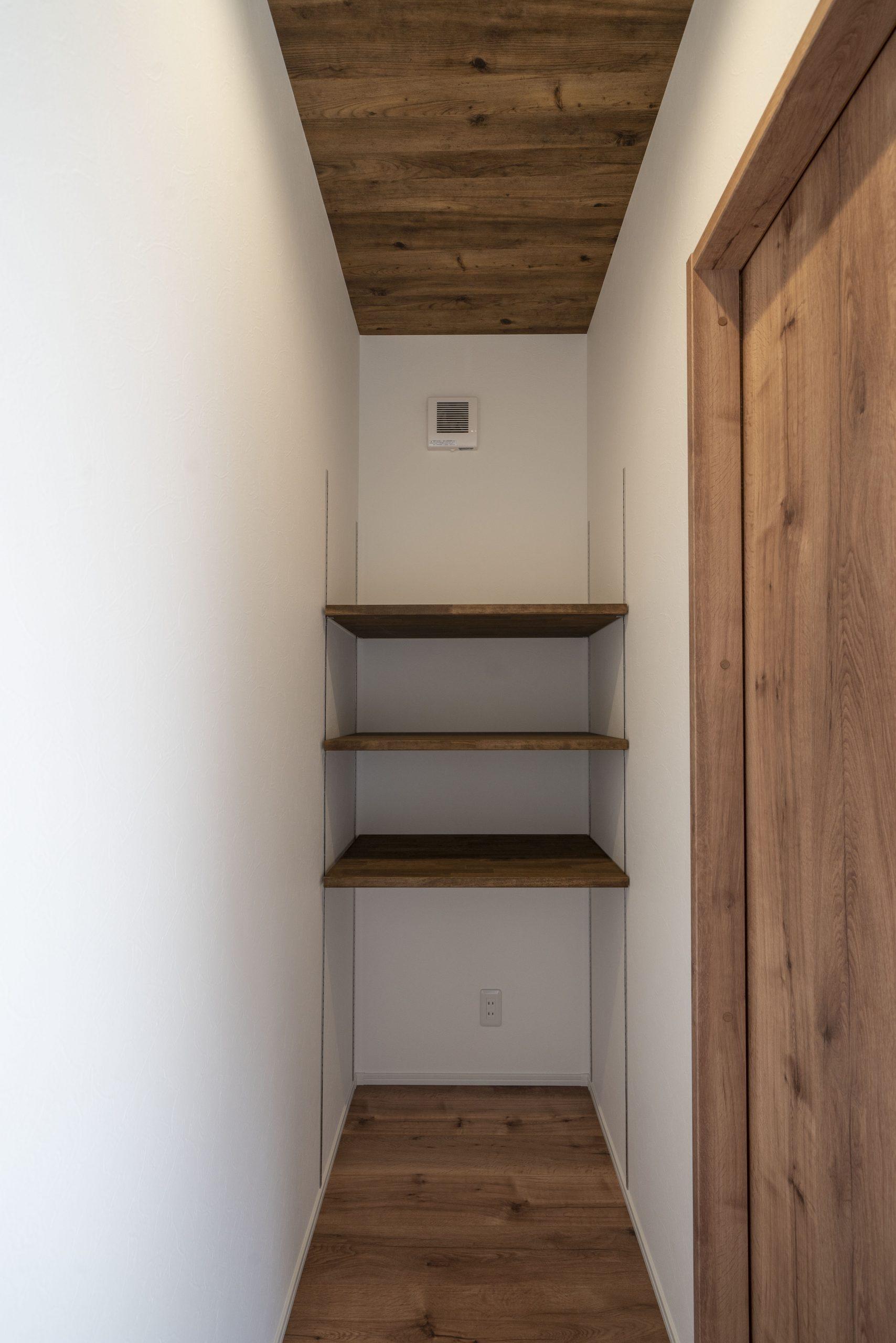 廊下行き止まりの可動棚収納