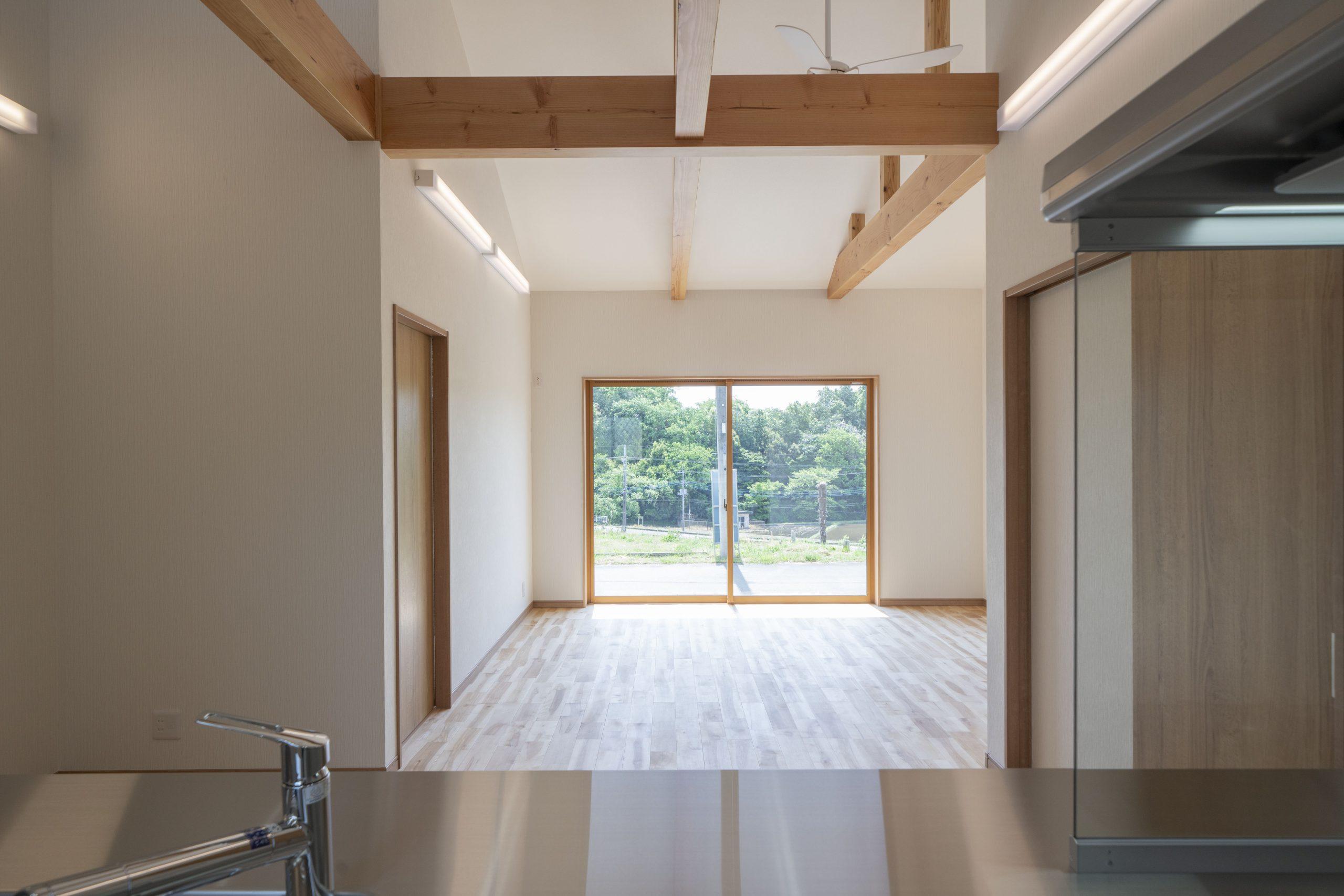 対面キッチンの正面に見えるリビングの窓